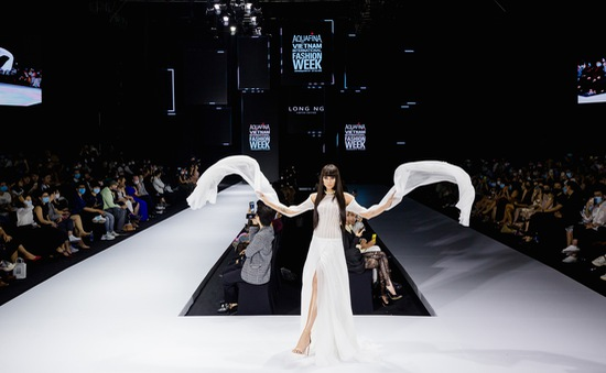 Võ Hoàng Yến, Mâu Thủy sexy hết cỡ trên sàn diễn thời trang