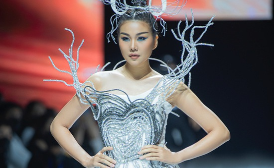 Siêu mẫu Thanh Hằng thần thái uy nghiêm như nữ hoàng, thả dáng siêu nuột trên sàn runway