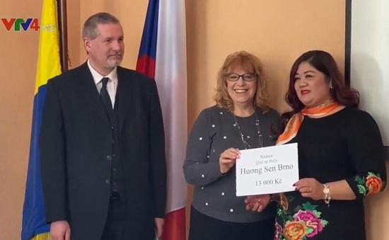 Cộng đồng người Việt tại Czech hỗ trợ các nạn nhân sau vụ hỏa hoạn tại Vejprty