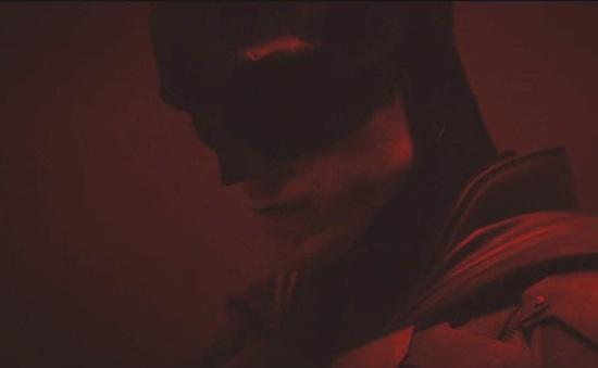 """Hé lộ tạo hình đầu tiên của Robert Pattinson trong """"The Batman"""""""