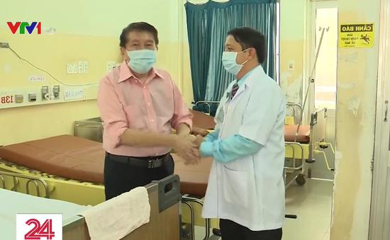 Tình cảm đặc biệt của y bác sĩ dành cho bệnh nhân lớn tuổi nhiễm COVID-19