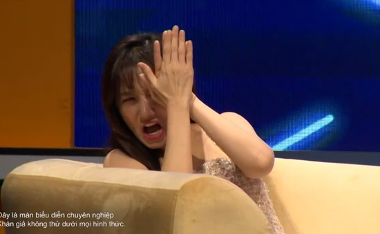 """""""Kèo này ai thắng"""" tập 5: Hari Won hò hét khi xem chàng trai dùng yết hầu nâng người nặng 81kg quay chóng mặt"""