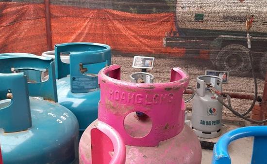 Hà Nội: Bắt quả tang cơ sở sang chiết gas trái phép ven đại lộ Thăng Long