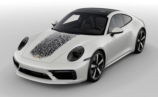 Tốn hơn 8.000 USD để in dấu vân tay khổng lồ lên nắp ca-pô xe Porsche 911