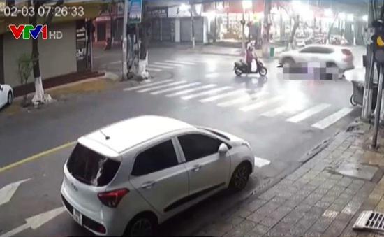 Clip: Cẩn trọng đi xe máy khi đường trơn ướt