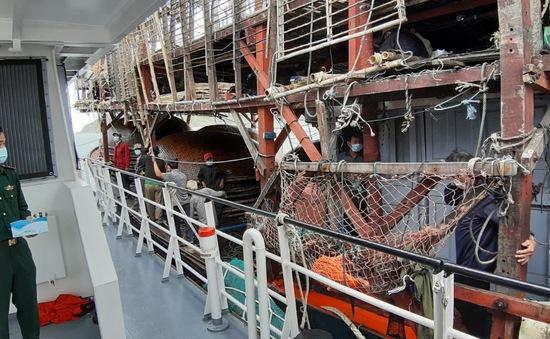 Tiếp tục cứu nạn thành công 40 thuyền viên tàu Quảng Nam trôi dạt trên vùng biển Hoàng Sa dưới thời tiết khắc nghiệt