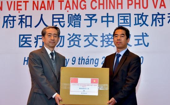Việt Nam trao tặng trang thiết bị, vật tư, y tế cho Trung Quốc