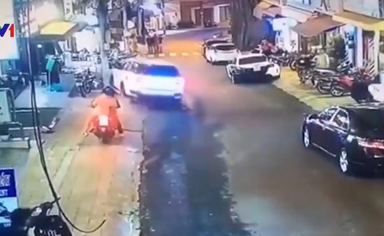 Ô tô tự trôi, đâm trúng 7 xe máy trên vỉa hè rồi lật nghiêng trên đường