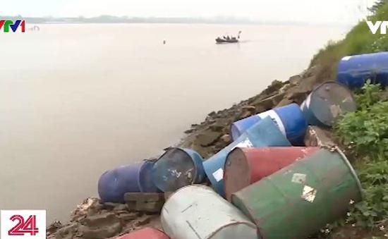Đổ trộm hoá chất xuống sông Hồng