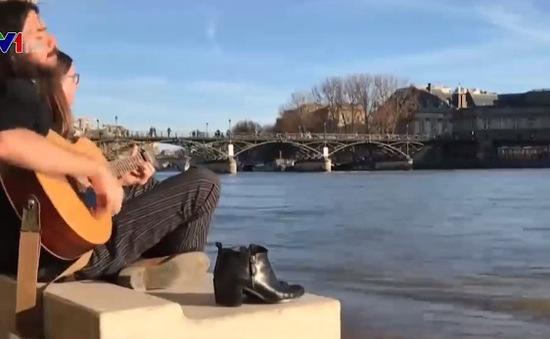 """Người dân Paris vẫn giữ thói quen """"ra ngoài cho thoáng"""" trong mùa dịch"""