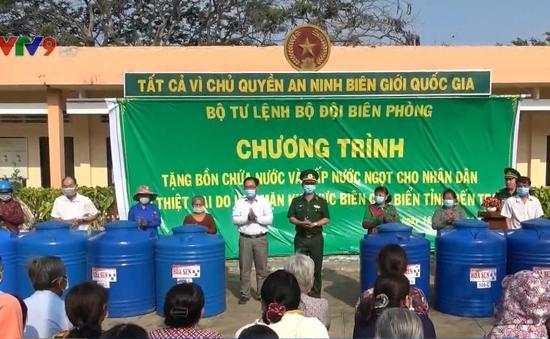 Bộ Tư lệnh Biên phòng tặng thùng chứa nước ngọt cho người dân Bến Tre