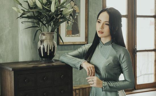 Hoa khôi ảnh Hà Nội duyên dáng bên tà áo dài