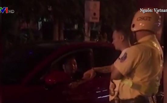 Bị yêu cầu dừng để kiểm tra, lái xe đâm thẳng vào cảnh sát cơ động