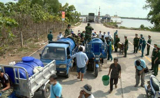 Bộ đội đưa nước ngọt hỗ trợ người dân bị hạn mặn ở Bến Tre