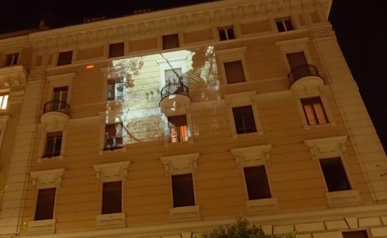 Chiếu phim trên ban công tại Italy