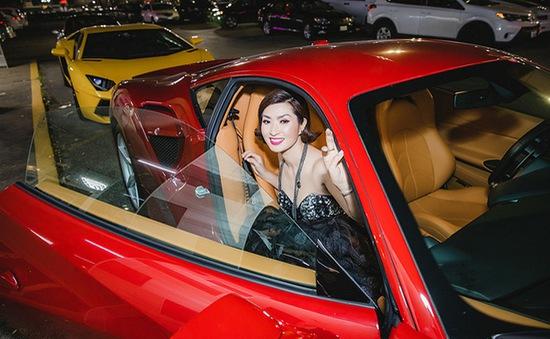 Ca sĩ Nguyễn Hồng Nhung đi sự kiện bằng siêu xe Ferrari 11 tỷ