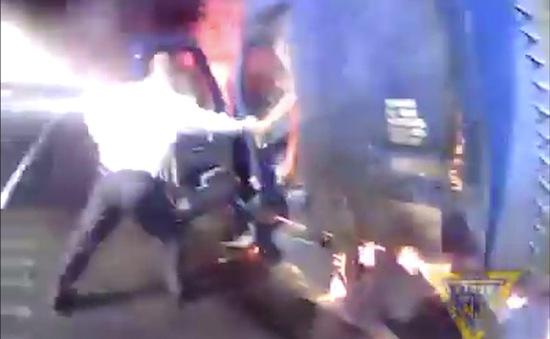 Mỹ: Cảnh sát nỗ lực cứu nạn nhân ra khỏi ô tô tải đang bốc cháy