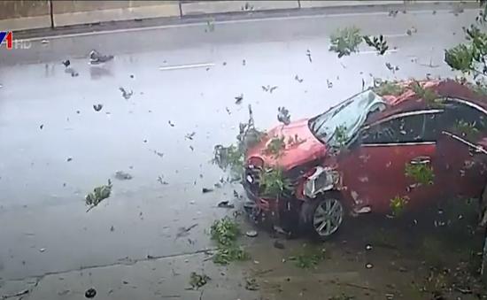 Ô tô mất lái tự gây tai nạn, lái xe bị thương nặng