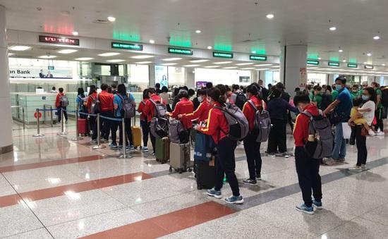 Về đến Nội Bài, ĐT nữ Việt Nam di chuyển xuống Cẩm Phả, chuẩn bị cho trận play-off lượt về