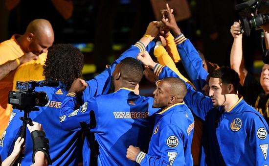 Ngày này năm xưa: Chuỗi trận bất bại trên sân nhà của Golden State Warriors tại NBA bị chặn đứng