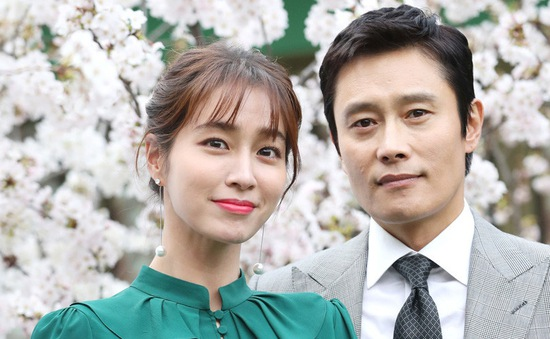 Lee Byung Hun đưa con trai tới thăm bà xã Lee Min Jung ở phim trường
