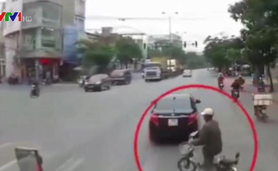 Sang đường thiếu quan sát, xe đạp điện suýt bị container đâm trúng