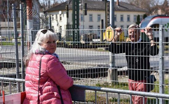 """Những cặp tình nhân """"hẹn hò"""" qua hàng rào biên giới do COVID-19"""