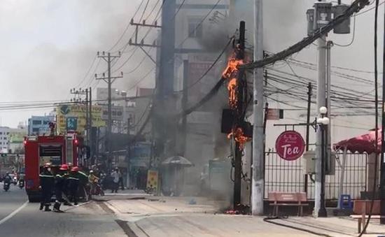 Cột điện phát nổ rồi bốc cháy ngùn ngụt tại Bình Dương