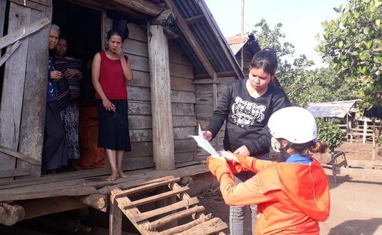 Thầy cô giáo vượt khó khăn tới tận thôn buôn giao bài tập cho học sinh