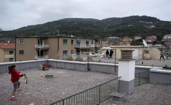 Chơi tennis giữa sân thượng hai tòa nhà trong dịch COVID-19