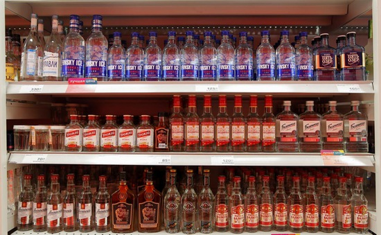 Nga lo ngại việc doanh số bán Vodka tăng trong mùa dịch