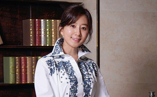 """Kim Hee Ae phấn khích khi quay cảnh bị tấn công trong """"Thế giới hôn nhân"""""""