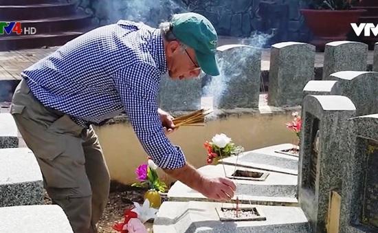 Câu chuyện xúc động về hai cựu binh Mỹ tìm mộ liệt sỹ Việt Nam