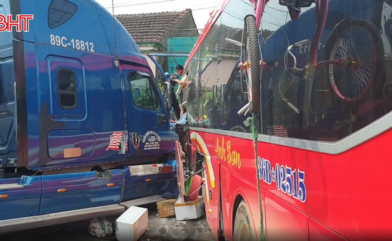 Khẩn trương làm rõ nguyên nhân vụ xe container đấu đầu xe khách khiến một phụ nữ tử vong ở Hà Tĩnh