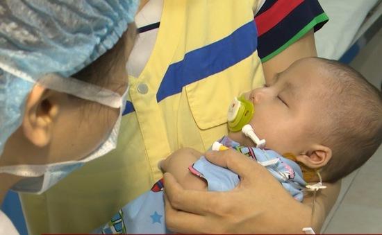 Hỗ trợ phẫu thuật tim bẩm sinh kịp thời cho bé gái 6 tháng tuổi