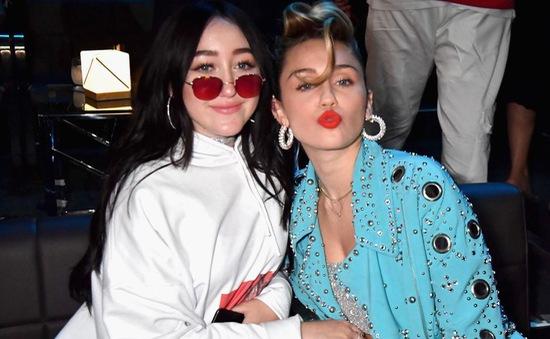"""Bị gắn mác """"Em gái Miley Cyrus"""", Noah đau đớn vì không được công nhận"""