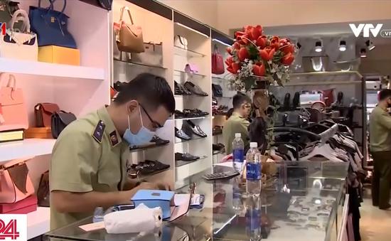 """Bắt giữ nhiều túi xách, giày, đồng hồ... """"real 1:1"""" giả thương hiệu nổi tiếng"""