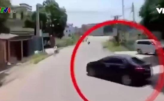 Ô tô quay đầu ẩu suýt gây tai nạn