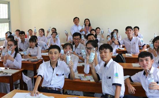 """Đại học Kiên Giang tặng quà """"bảo vệ môi trường"""" cho học sinh Phú Quốc"""