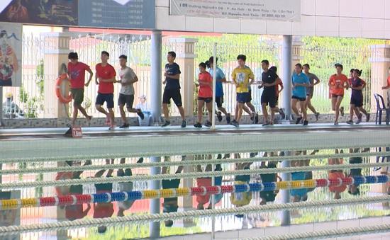 Không còn phải tập trên cạn, ĐT bơi Việt Nam hứng khởi trở lại bể bơi