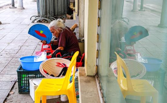 """5 thập kỷ """"gắn bó"""" với vỉa hè Hà Nội của bà cụ 80 tuổi: Chẳng sợ bom rơi thì giờ ngại gì nắng mưa"""