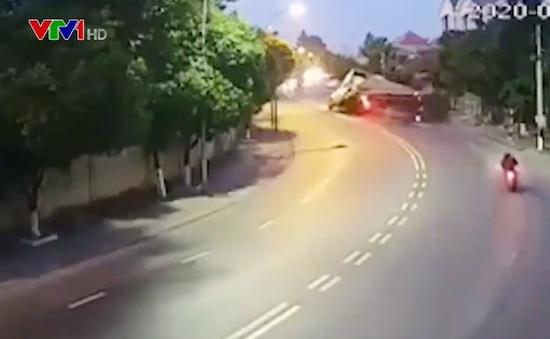 """Vào cua cực """"gắt"""", xe đầu kéo lật nhào xuống đường"""