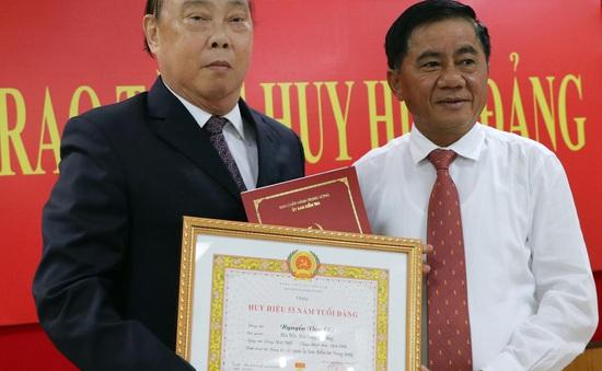 Trao Huy hiệu 55 năm tuổi Đảng tặng ông Nguyễn Văn Chi