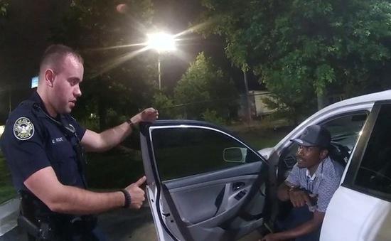 Hai cảnh sát trong vụ bắn chết người da màu ra đầu thú