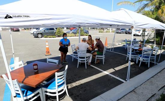 Mỹ ngăn đường phố, dành cả vỉa hè cho dịch vụ nhà hàng sau dịch
