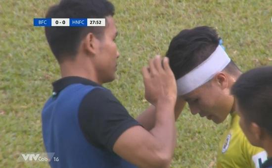 VIDEO: Va chạm với Tiến Linh, Quang Hải gặp chấn thương chảy máu đầu