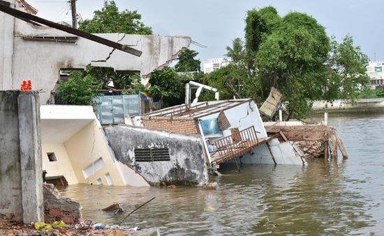 Sạt lở khiến 5 căn nhà sụp xuống sông Cần Thơ