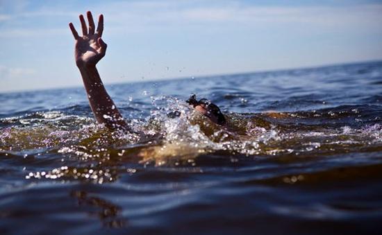 Đi tắm sông Đà bị nước cuốn vào gầm sà lan, học sinh lớp 7 tử vong