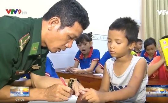 Lớp học đêm của trẻ em nghèo tại Khánh Hòa