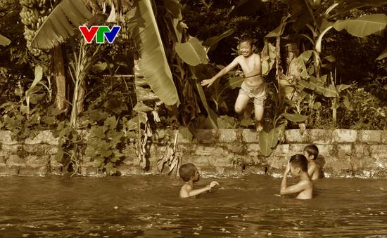 Chơi khăng gẫy răng cửa, chơi gụ bục tivi: Tuổi thơ dữ dội của trẻ em nông thôn xưa